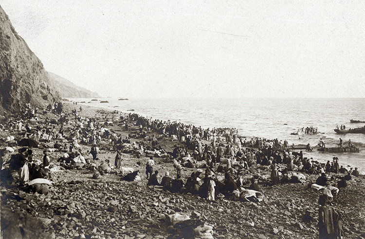 Refugiados armenios aguardan a ser evacuados a Egipto por buques franceses y británicos. 15 de septiembre de 1915.