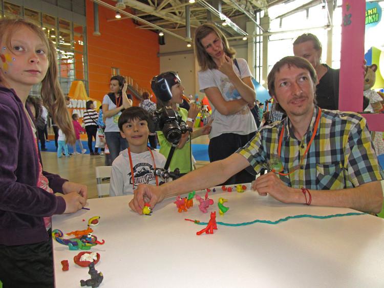 El animador Alexey Pochivalov del Estudio Pilot enseñó técnicas con plastilina a los visitantes.