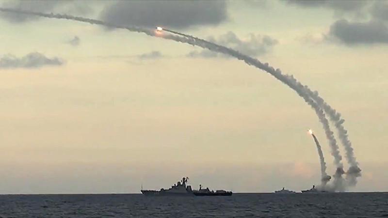 Un lanzamiento de varios misiles de crucero por una escuadra de la Armada rusa en el mar Caspio