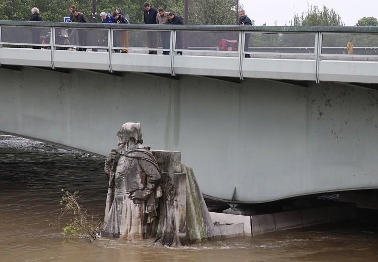 Estatua de un zuavo en el Puente del Alma