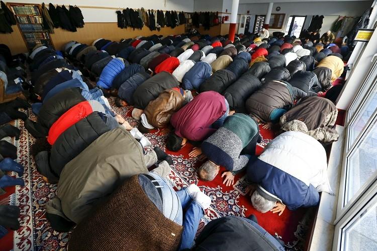 La oración del viernes en la mezquita del jeque Abu Bakr en la Comunidad Islámica de Colonia, Alemania