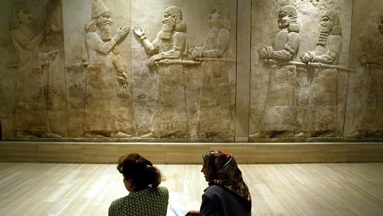 Dos mujeres iraquíes observan unos tesoros de Nimrud exhibidos en Bagdad / Julio de 2003