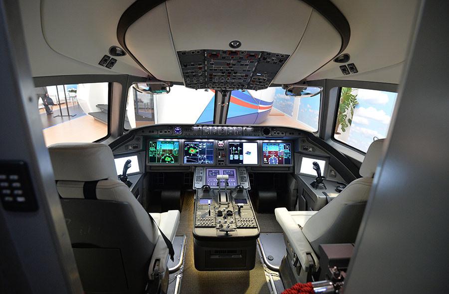 La cabina de pilotos de la aeronave MS-21