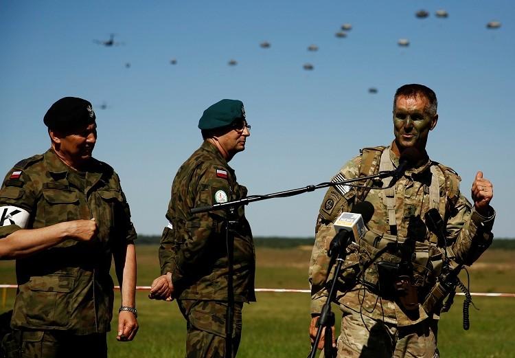 Salto de paracaidistas polacos durante los simulacros Anakonda 16