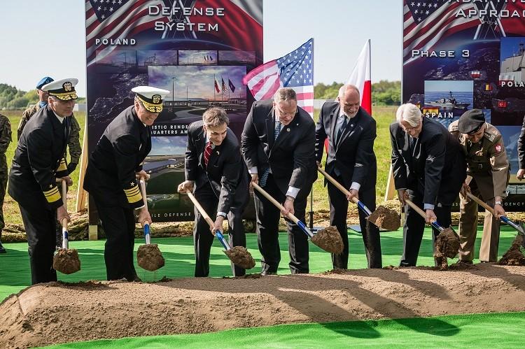 El subsecretario de Defensa de EE.UU. Bob Work en Redzikowo / 13 de Mayo 2016