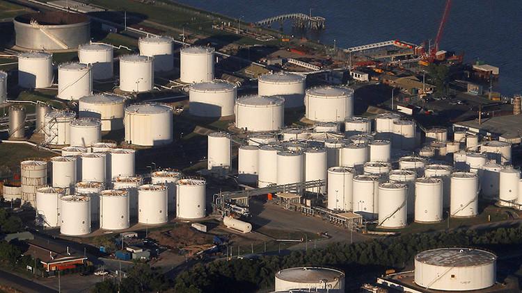 Una refinería de petróleo a orillas del río Brisbane, 12 Mayo de 2010.