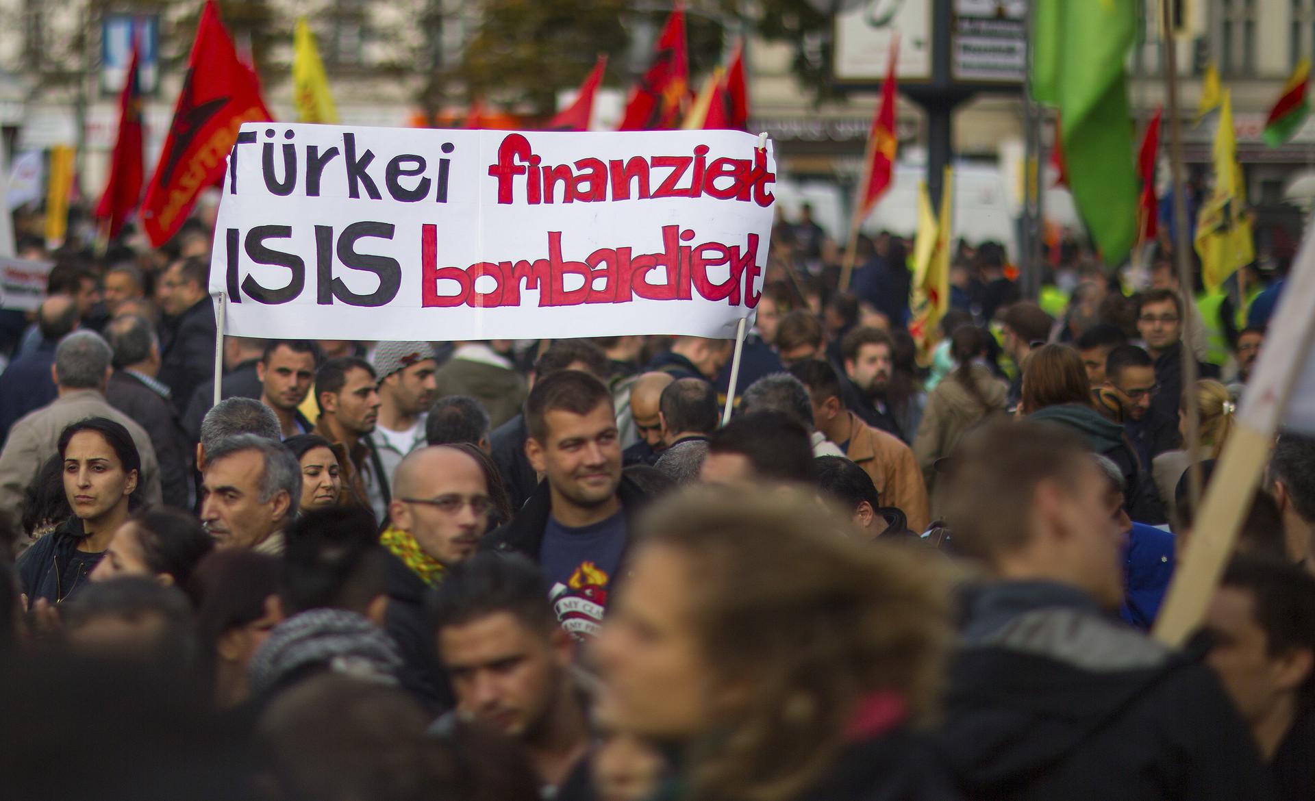 """Protestas en Alemania/""""Turquía financia los bombardeos del Estado Islámico"""""""
