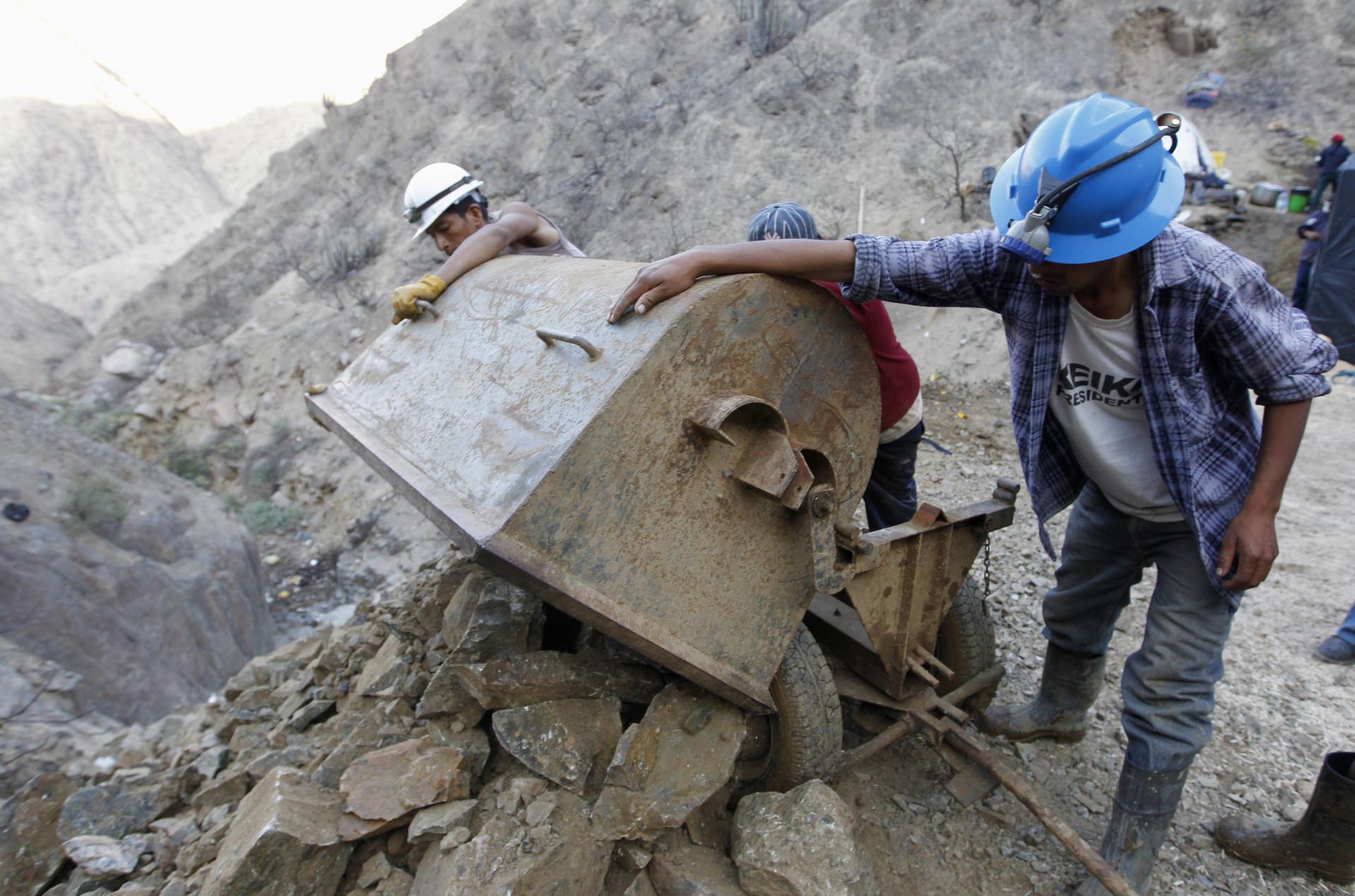 Mineros descargan minerales y rocas en la operación de rescate de nueve mineros atrapados en la mina de oro y cobre Cabeza de Negro  en Ica, Perú, el 10 de abril de 2012.
