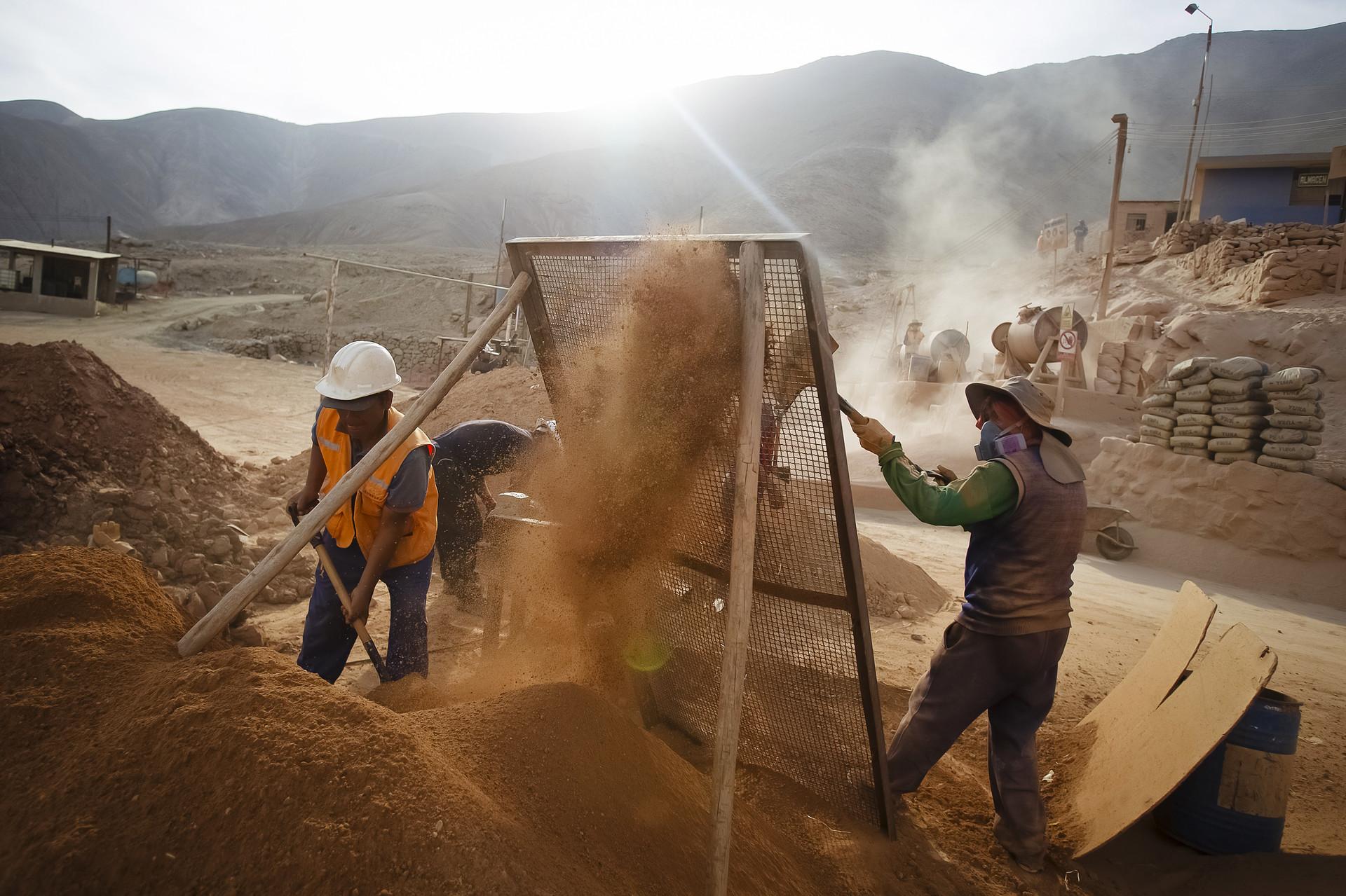 Mineros cuelan materiales que contienen oro en el pueblo minero de Relave, en la provincia de Parinacochas, en Ayacucho, Perú, el 20 de febrero de 2014.
