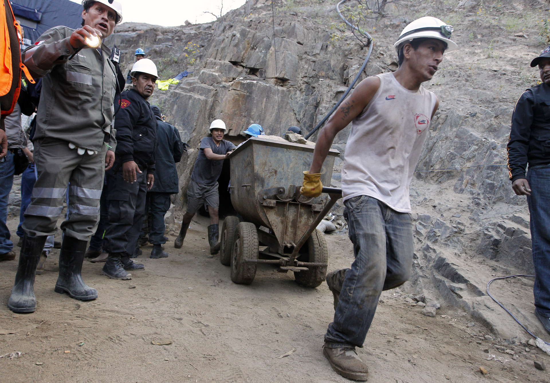 Mineros extraen minerales y rocas durante la operación de rescate de nueve mineros atrapados en la mina de oro y cobre Cabeza de Negro en Ica, Perú, el 10 de abril de 2012.