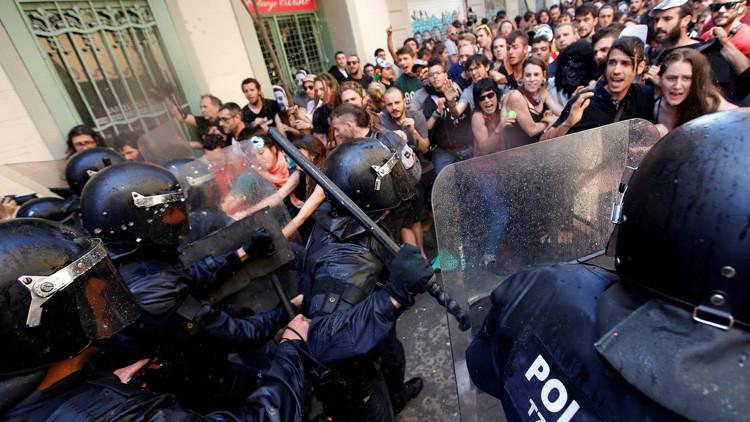 La policía regional catalana se lanza con equipos antidisturbios contra los manifestantes durante una protesta por el desalojo de los ocupantes del 'banco expropiado', en Barcelona, España, el 29 de mayo 2016.