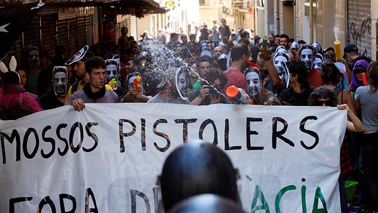 Manifestantes se enfrentan a la policía regional de Cataluña durante una protesta contra el desalojo del 'banco expropiado' en Barcelona, España, el 29 de mayo de 2016.