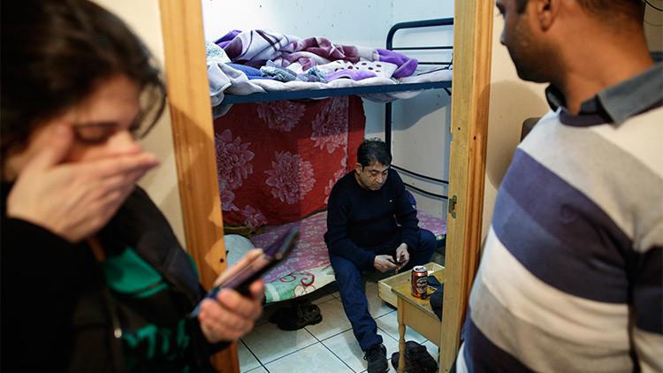 Un ciudadano de Bangladés, Amalgam Hossain de 38 años, una amiga y un activista anti-desalojo esperan noticias antes de enterarse de que su expulsión fue suspendida por un mes, Madrid, España, el 14 de diciembre de 2015.