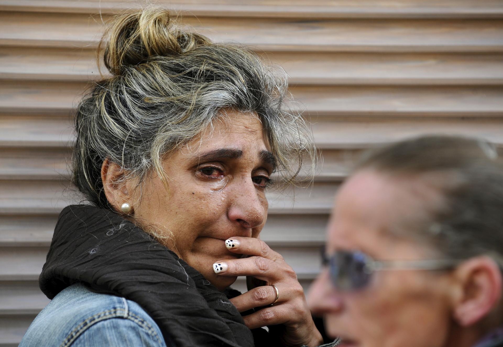 Una amiga de Ángeles Lugilde llora durante su desalojo en Avilés, norte de España, el 20 de abril de 2015.
