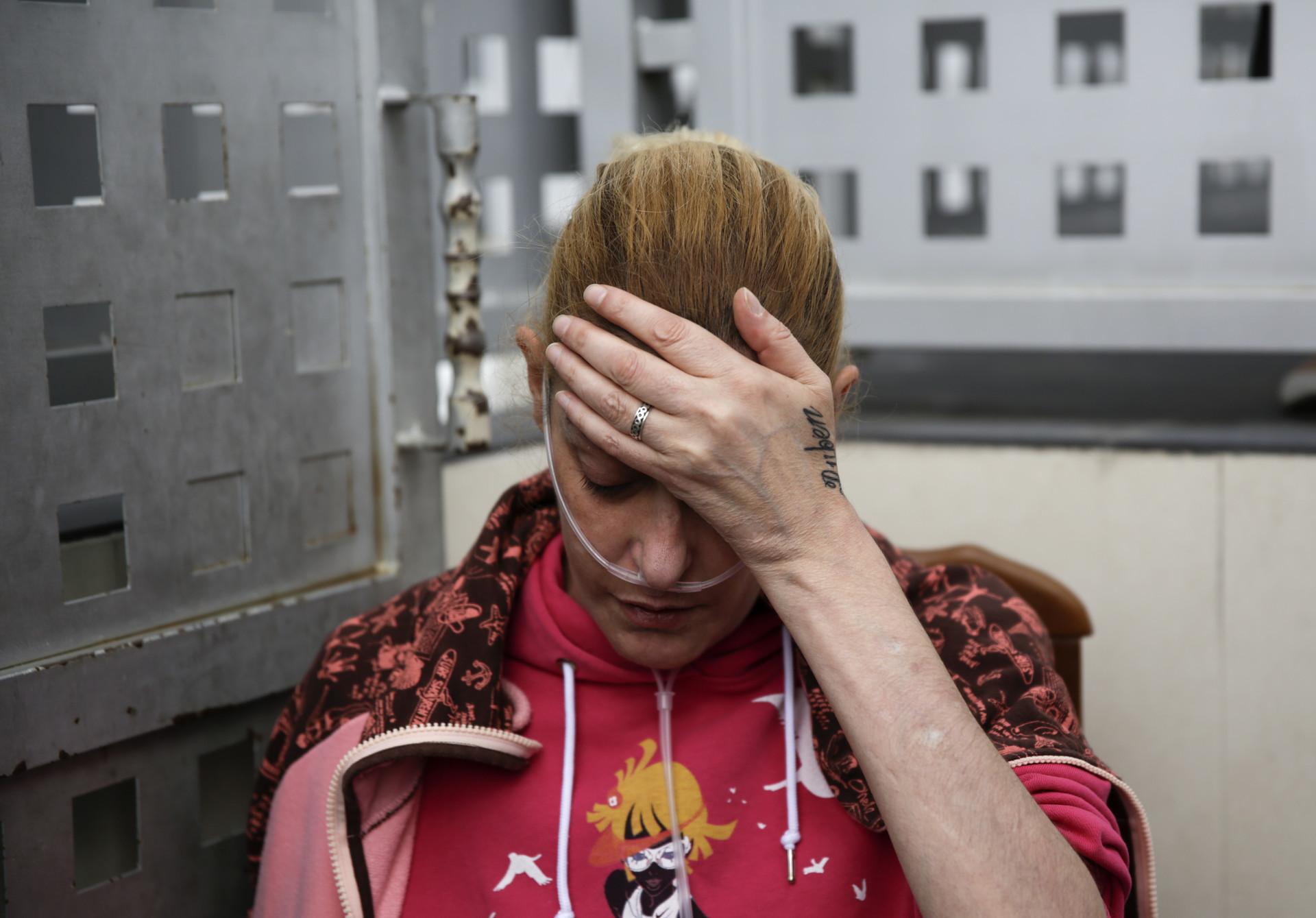 Raquel Mejías Mesado, de 39 años, espera noticias antes de enterarse que su expulsión fue suspendida, Madrid, el 2 de octubre de 2014.