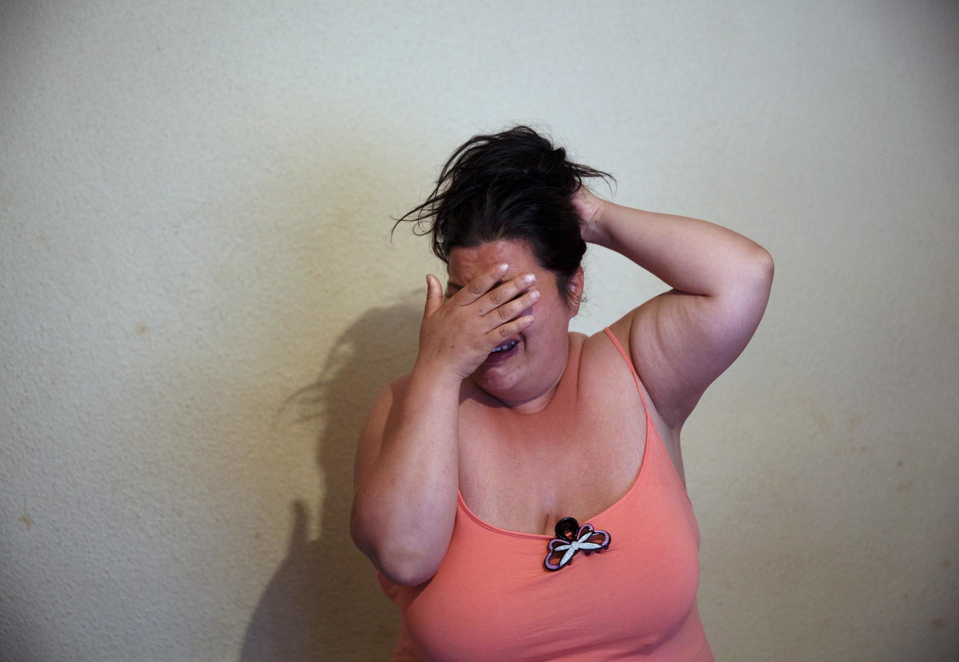 Soledad Salazar, de 36 años, llora antes de enterarse de que su desalojo fue suspendido temporalmente, Torrejón de Ardoz, cerca de Madrid, el 10 de Abril de 2015.