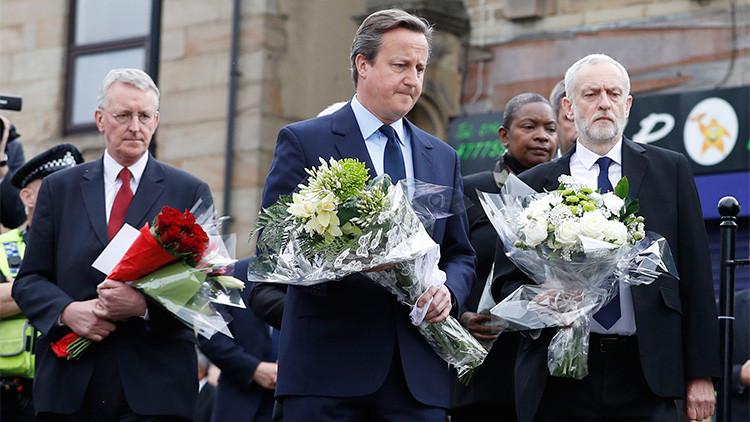 Jeremy Corbyn, líder del Partido Laborista y el primer ministro del Reino Unido, David Cameron, dejan tributos cerca del lugar del asesinato de la parlamentaria Jo Cox en Birstall, cerca de Leeds, Reino Unido, el 17 de junio de 2016.