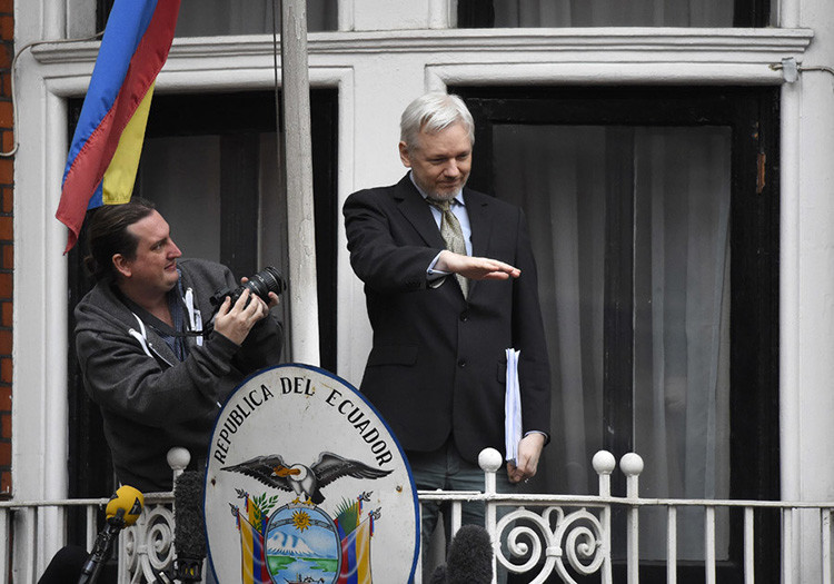 El fundador de WikiLeaks, Julian Assange, da un discurso desde el balcón de la embajada de Ecuador, en el centro de Londres, Reino Unido, el 5 de febrero de 2016.
