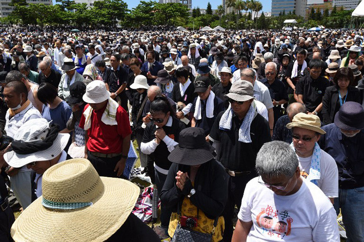 Personas rezan por la joven de 20 años supuestamente violada y asesinada por un contratista estadounidense de una base militar de EE.UU. en Okinawa, el 19 de junio de 2016.