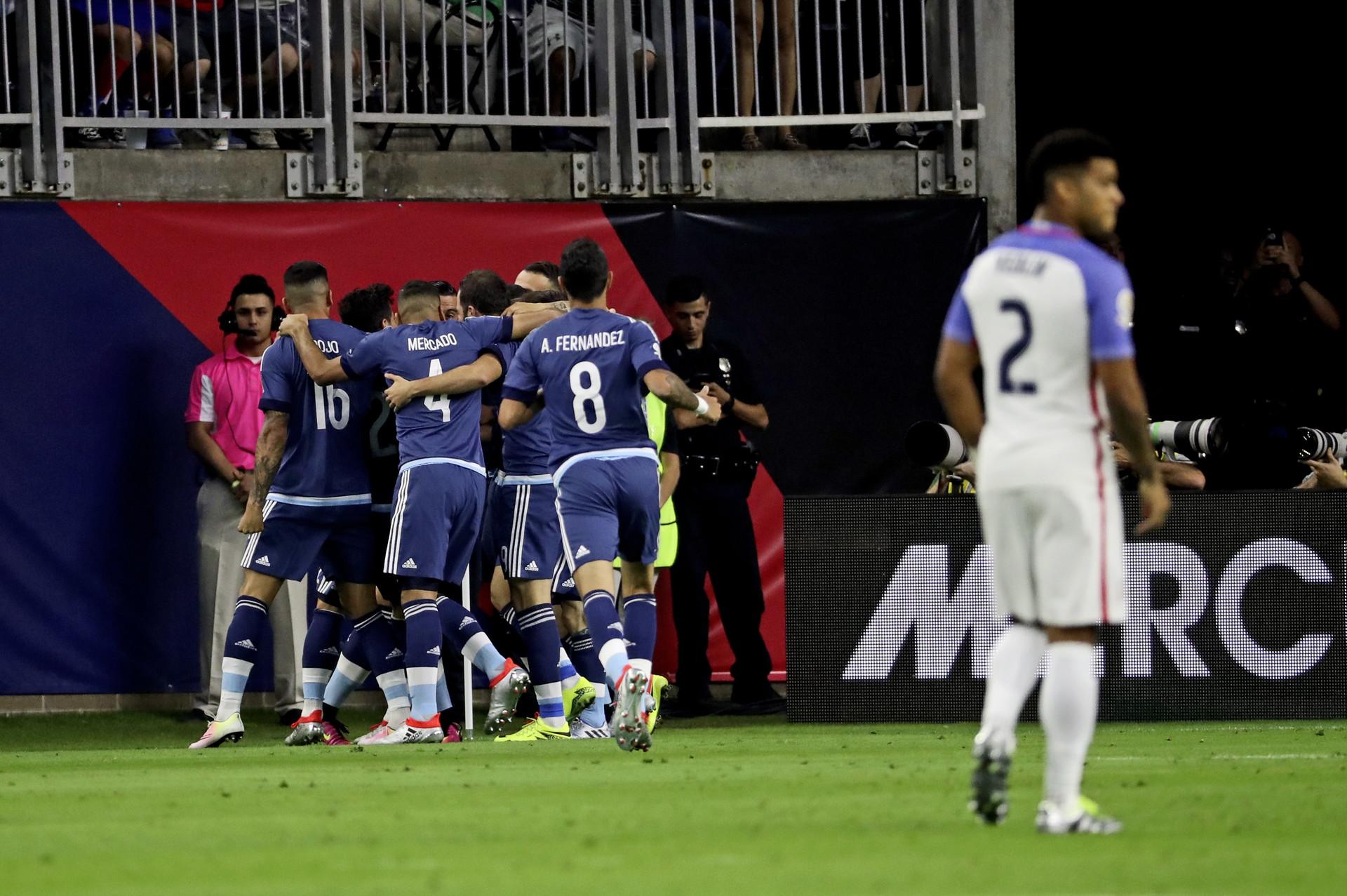 Argentina celebra su primer gol en la semifinal de la Copa América Centenario ante los Estados Unidos