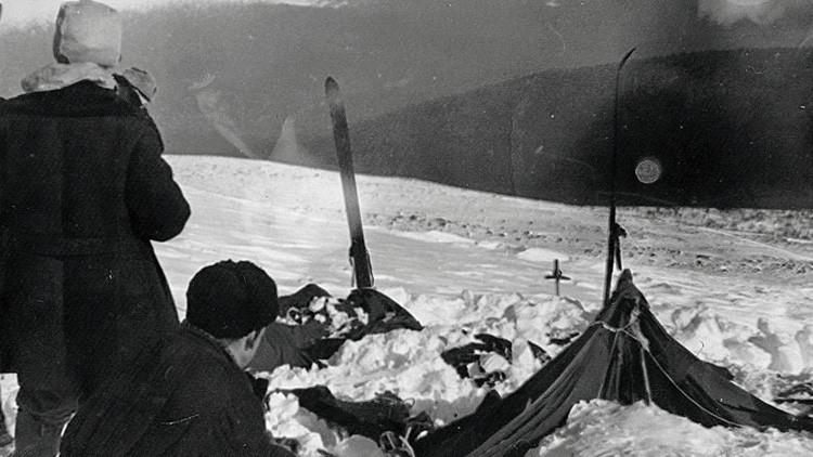 La tienda de campaña del grupo en el paso de Diatlov. Fotografía tomada por el rescatista Vadim Brusnitsyn, 26 o 28 de febrero de 1959