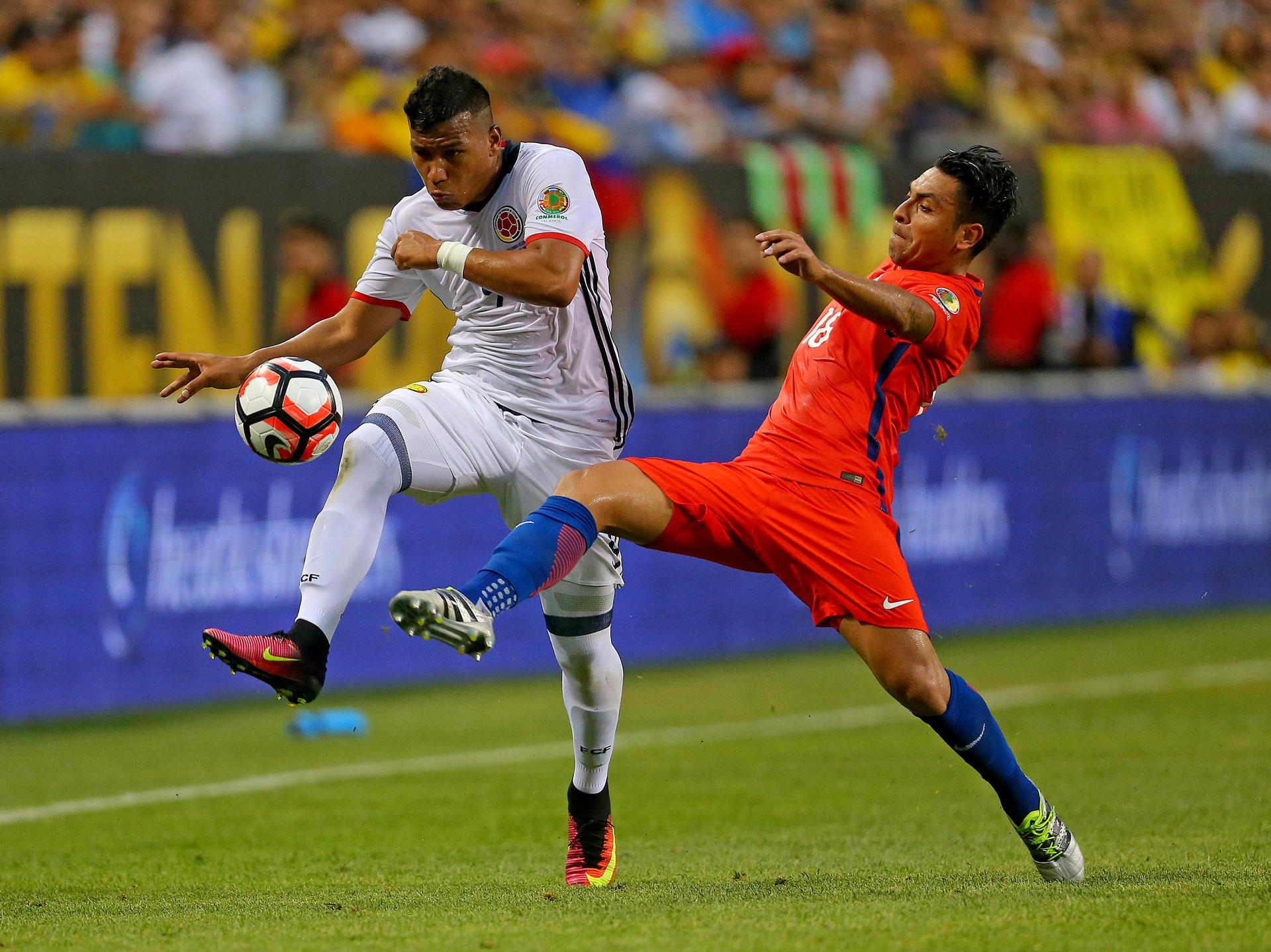 El delantero colombiano Roger Martinez  y el defensor chileno Gonzalo Jara