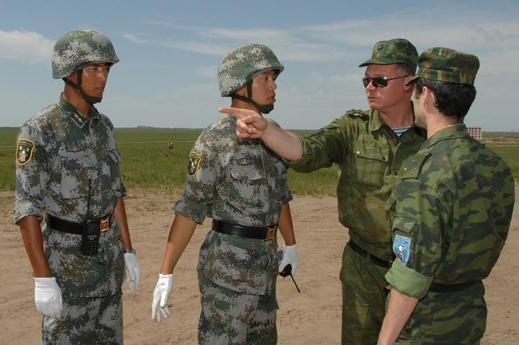 Soldados de Rusia y China durante los ejercicios militares conjuntos en 2009