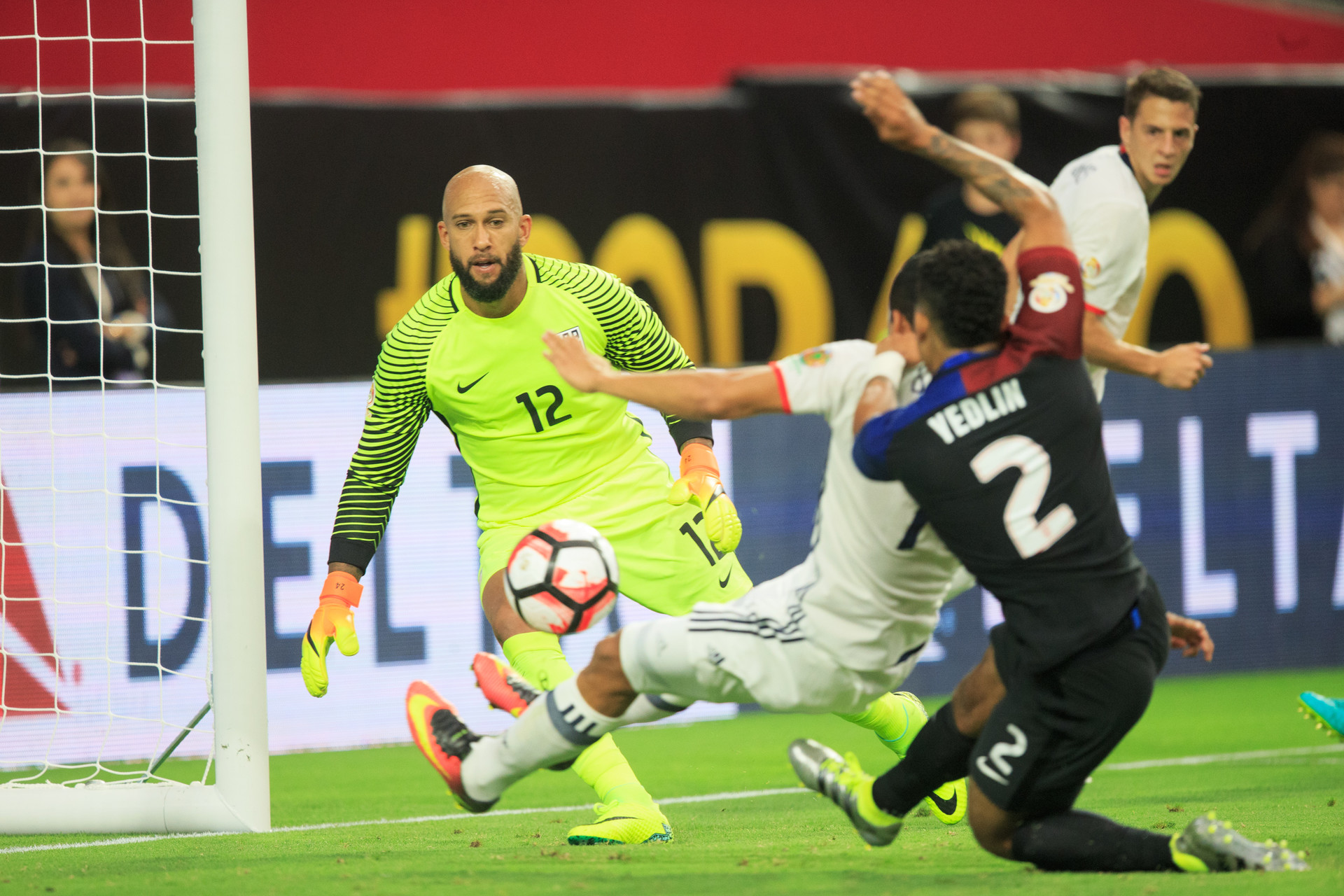 Carlos Bacca convierte el gol que da la victoria al seleccionado colombiano