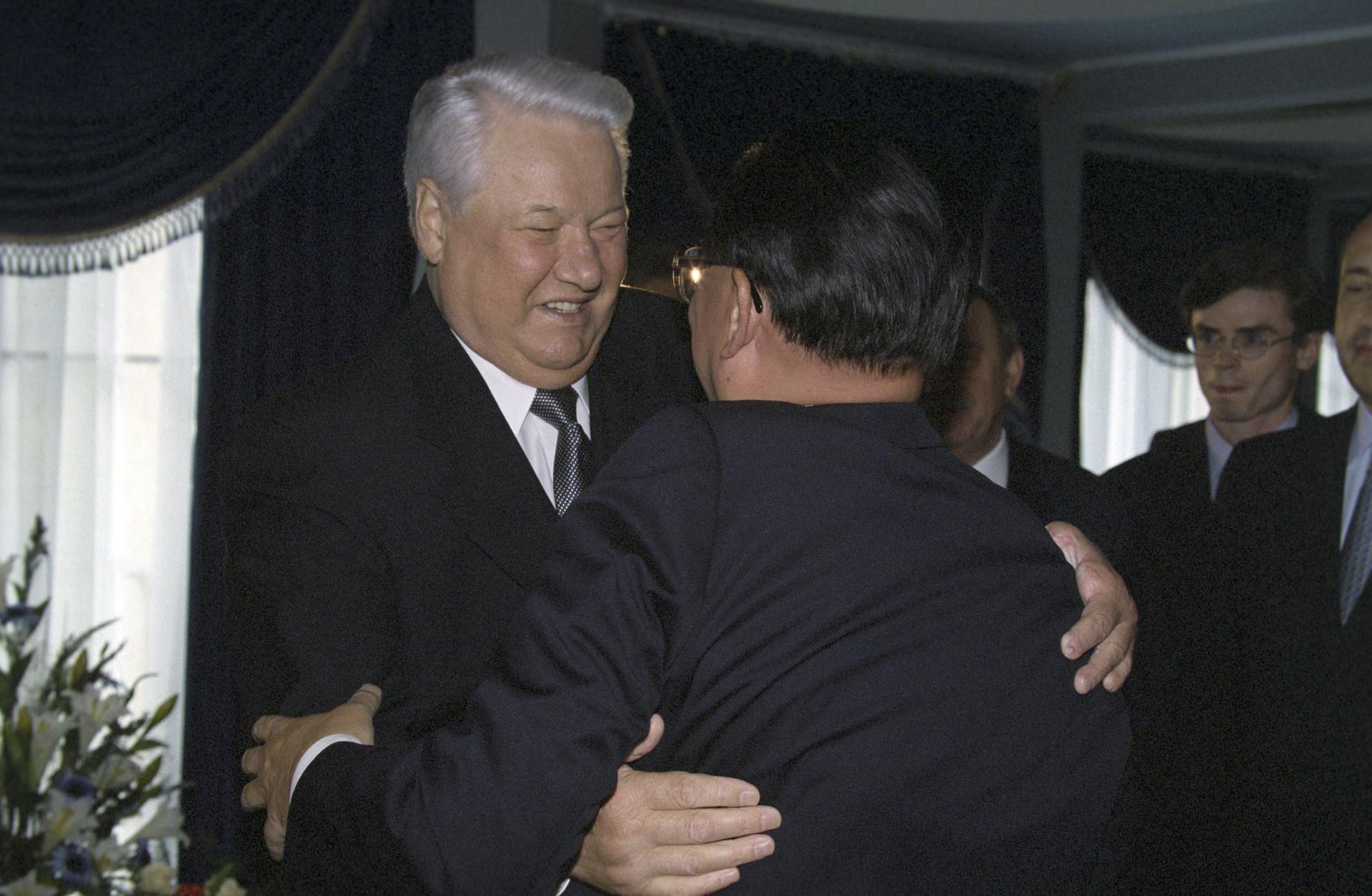 El primer presidente ruso Borís Yeltsin se reune con Jiang Zemin durante la cumbre de los Cinco de Shanghái en 1999