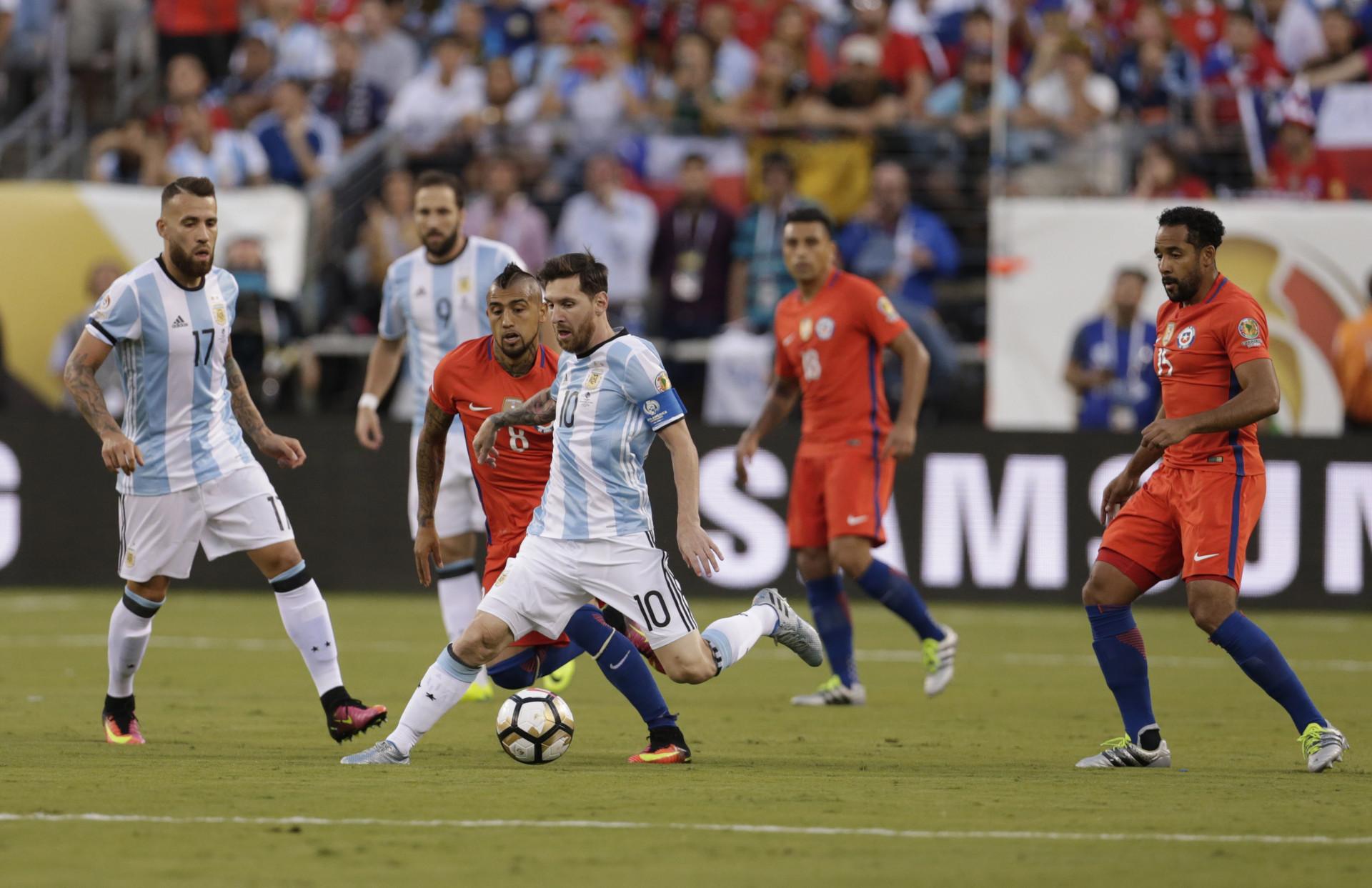 Lionel Messi en medio de los zagueros chileno en el primer tiempo de la final de la Copa América