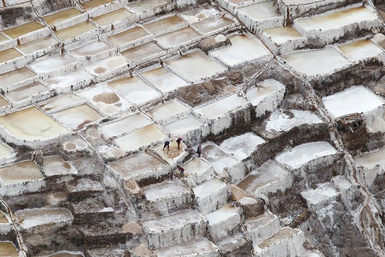 Trabajadores recogen sal de un estanque en las minas de Maras en Cuzco, el 03 de diciembre de 2014