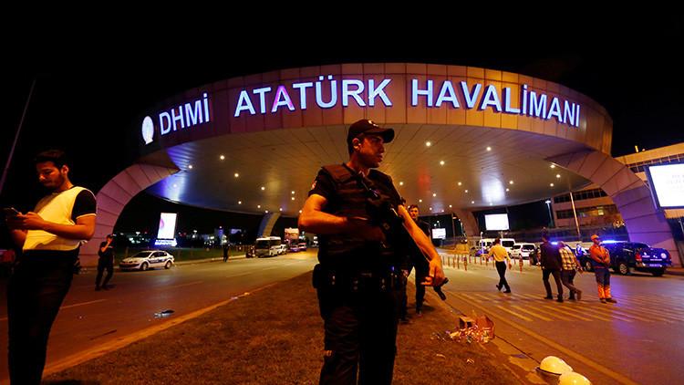Un oficial de policía antidisturbios hace guardia en la entrada del aeropuerto de Ataturk en Estambul (Turquía) tras el ataque terrorista del 29 de junio de 2016.