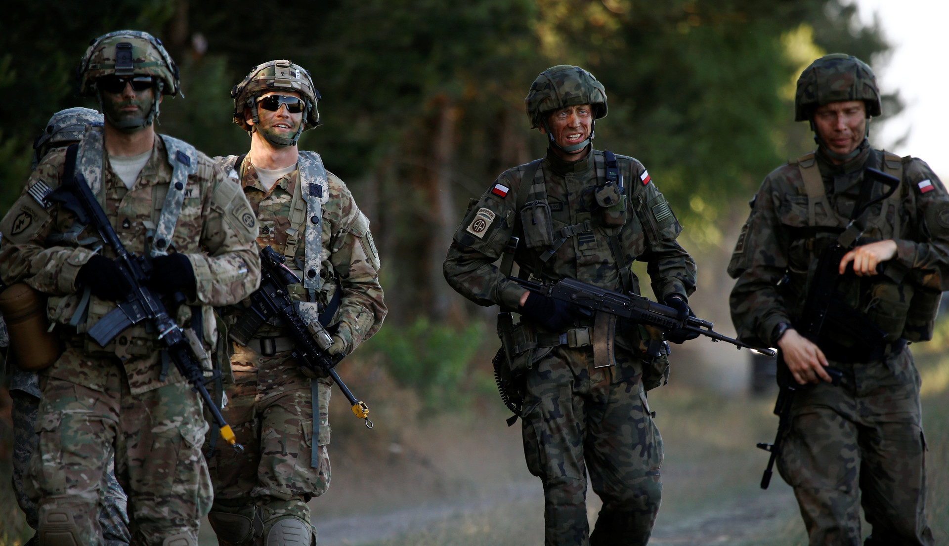 Soldados polacos marchan junto con soldados estadounidenses durante los ejercicios militares Anakonda 16 cerca de Torun, Polonia, 7 de junio de 2016.