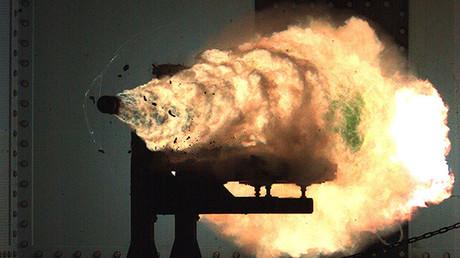 Fotografía sacada por una cámara de vídeo de alta velocidad durante pruebas de un cañón de riel electromagnético en 2008