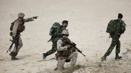 Soldados de la OTAN durante ejercicios militares en la playa de Raposa, cerca de la ciudad de Setúbal, Portugal