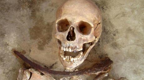 Una mujer enterrada en el siglo XVII o XVIII con una hoz en el cuello en Polonia