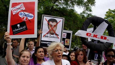 Manifestantes turcos protestan el 3 de junio de 2016 ante la Embajada alemana en Ankara contra la aprobación de una resolución por el Parlamento alemán que reconoce como genocidio la masacre de armenios por parte del Imperio otomano en 1915.