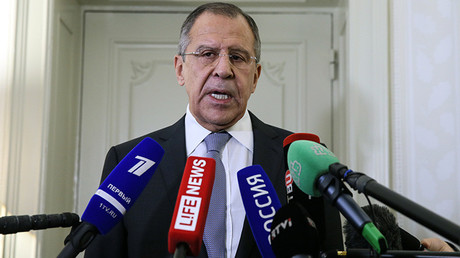 El ministro de Exteriores ruso, Serguéi Lavrov, habla con los periodistas tras una reunión del Cuarteto de Normandía.