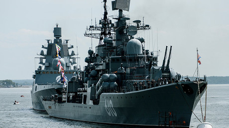 Dos destructores rusos durante un desfile en una bahía del mar Báltico