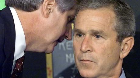El presidente George W. Bush se entera del primer atentado contra un rascacielos de Nueva York.