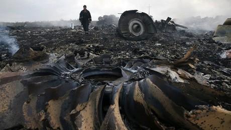Unos escombros del siniestrado MH17