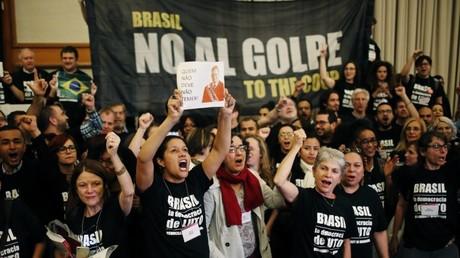 Partidarios de la presidenta brasileña Dilma Rousseff protestan en Nueva York, EE.UU.