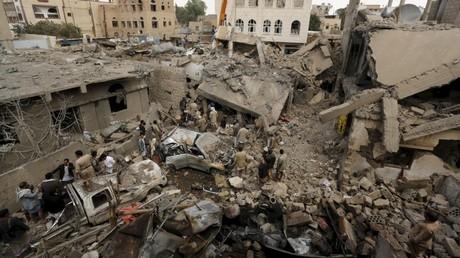 La devastación dejada por un ataque aéreo saudita en Saná, capital de Yemen