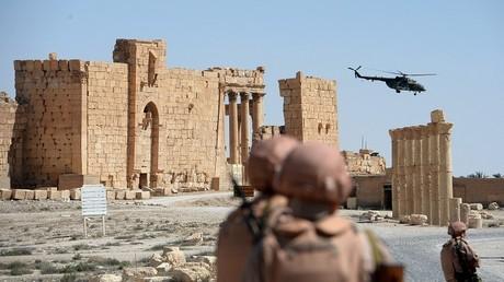 Los soldados rusos patrullan la liberada ciudad de Palmira