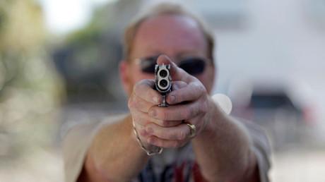 Un hombre se entrena con sus armas de fuego en la ciudad de Florida Keys. 5 de marzo de 2014.