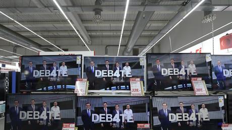 Varias pantallas de televisión en Siero, norte de España, muestran a los líderes de los cuatro principales partidos políticos de España (PP, PSOE, Ciudadanos y Podemos) en el arranque de su debate a cuatro mantenido en 13 de junio de 2016.