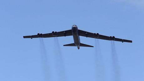 Un bombardero estadounidense B-52 toma parte en los ejercicios de la OTAN Saber Strike (Ataque de sable) en Adazi (Letonia), el 13 de junio de 2016.