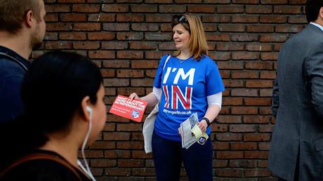 Una mujer reparte folletos en una campaña para votar por la permanencia del Reino Unido en la UE, Londres, el 20 de mayo de 2016.