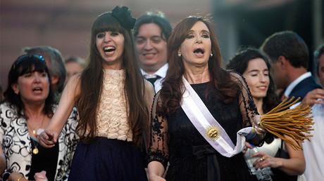 La ex presidenta argentina Cristina Fernández de Kirchner junto a sus hijos Florencia y Máximo