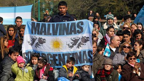 Congregación ante el monumento a los caídos en Malvinas, Buenos Aires, Argentina, 20 de junio de 2013.